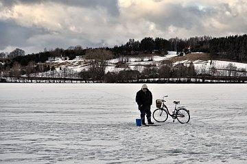 Wędkarze na zamarzniętym jeziorze