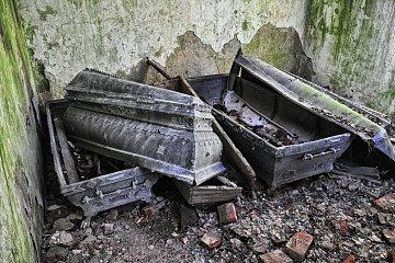 Zniszczone trumny w grobowcu